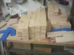 Holz für 165 Klappern gebohrt und gesägtx.jpg